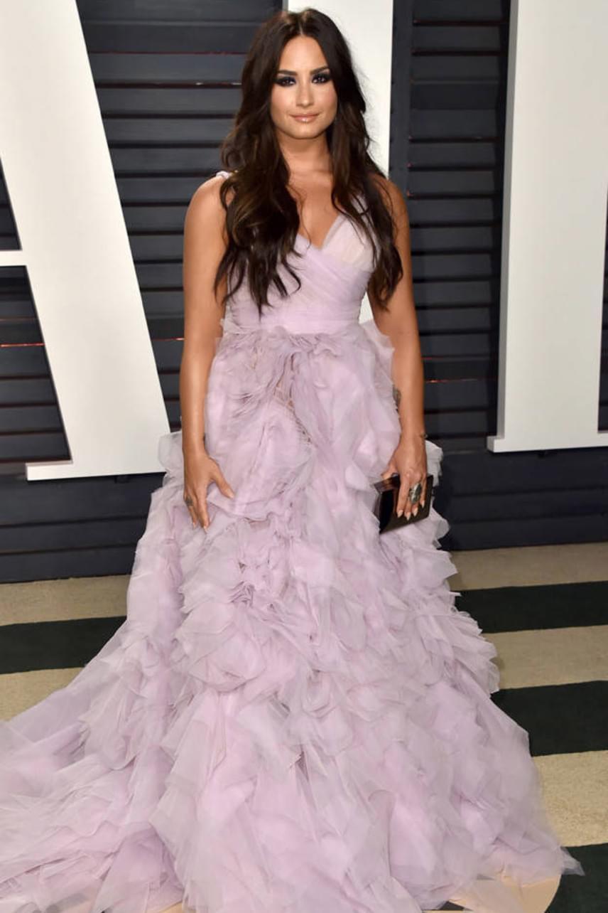 Az egykori Disney-sztár, Demi Lovato is hercegnőnek öltözött a bulira: orgonalila ruhájában gyönyörködött mindenki.