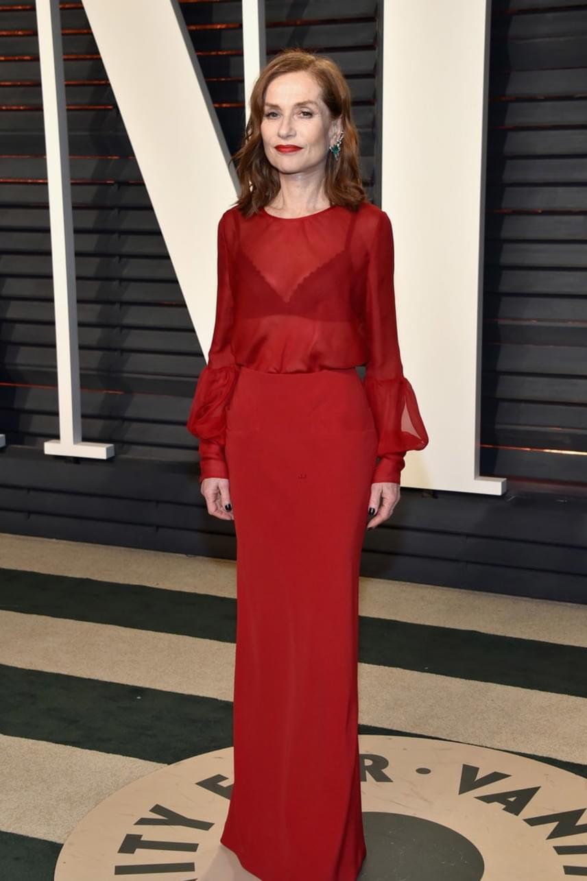 A 63 éves Isabelle Huppert elegáns volt, és gyönyörű - ráadásul áttetsző piros ruhája alól még a melltartóját is kivillantotta.