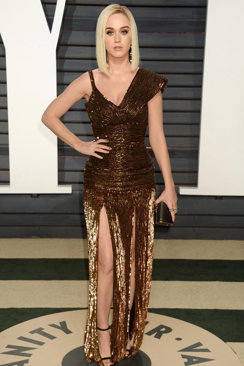 Csoda, hogy Katy Perry nem villantott buli közben: miniruhája alsó része, mondhatni, nem sokat bízott a fantáziára.