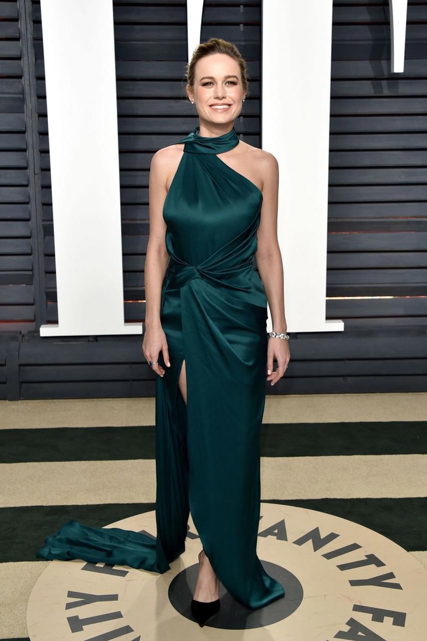 A szoba sztárja, Brie Larson még gyönyörűbb volt, mint a gálán: ebben a selyemruhában a régi hollywoodi dívákat idézte.