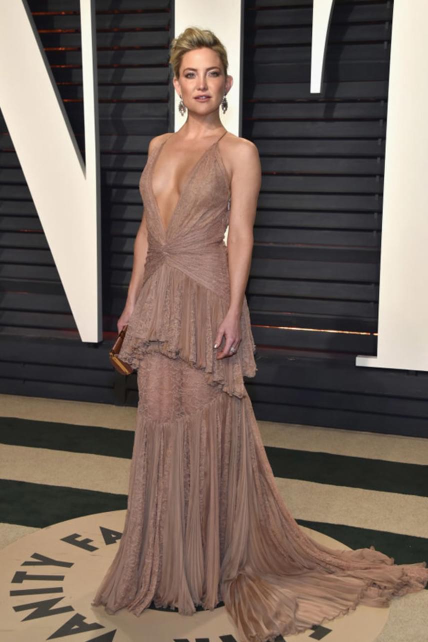 Goldie Hawn lánya, Kate Hudson mélyen dekoltált ruhájában csak úgy vonzotta a tekinteteket. Ennél már aligha lehetett volna szexibb.