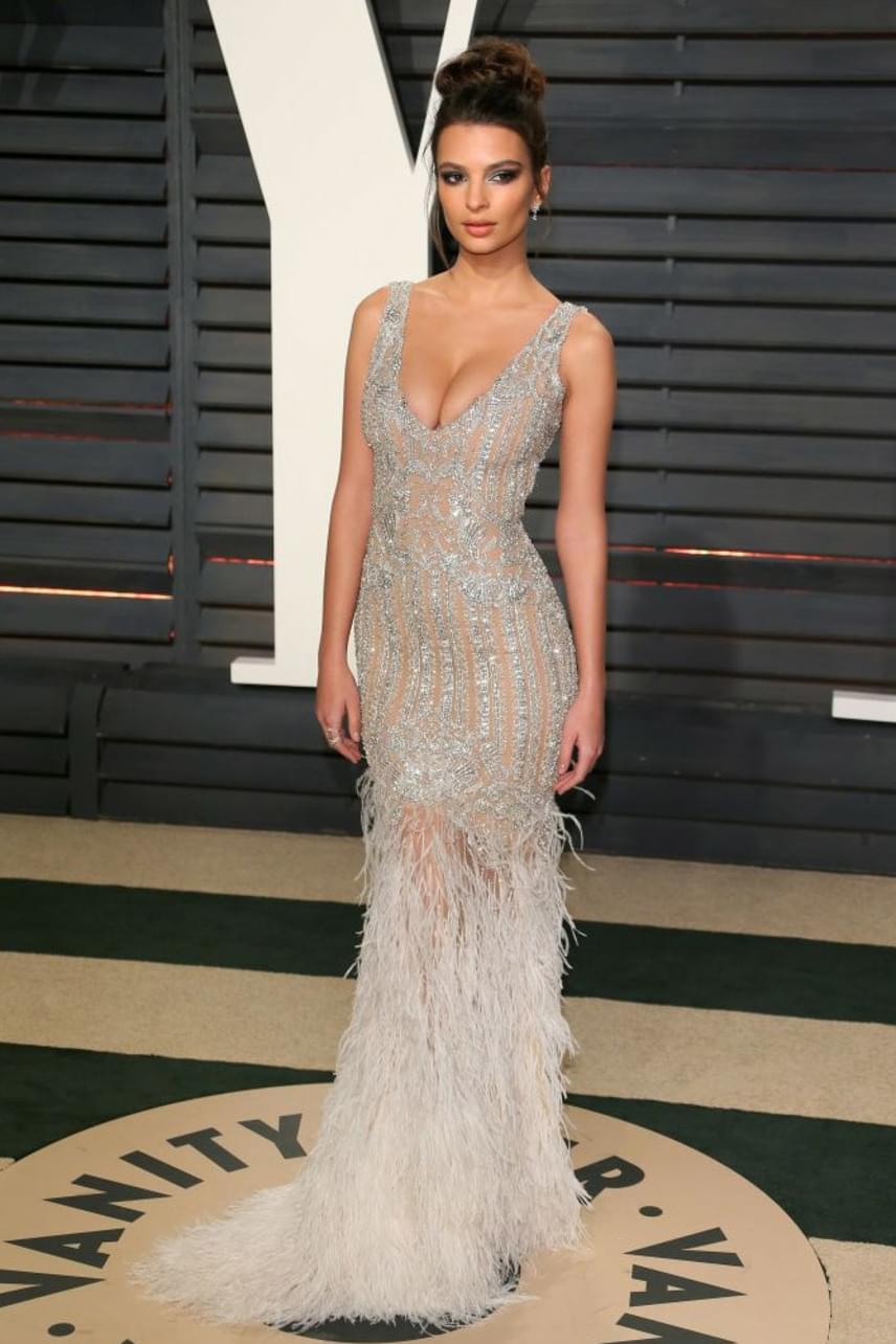 A holtodiglan sztárját, Emily Ratajkowskit nagyon ritkán látni felöltözve, pedig a modell-színésznő így is elképesztően szexi.