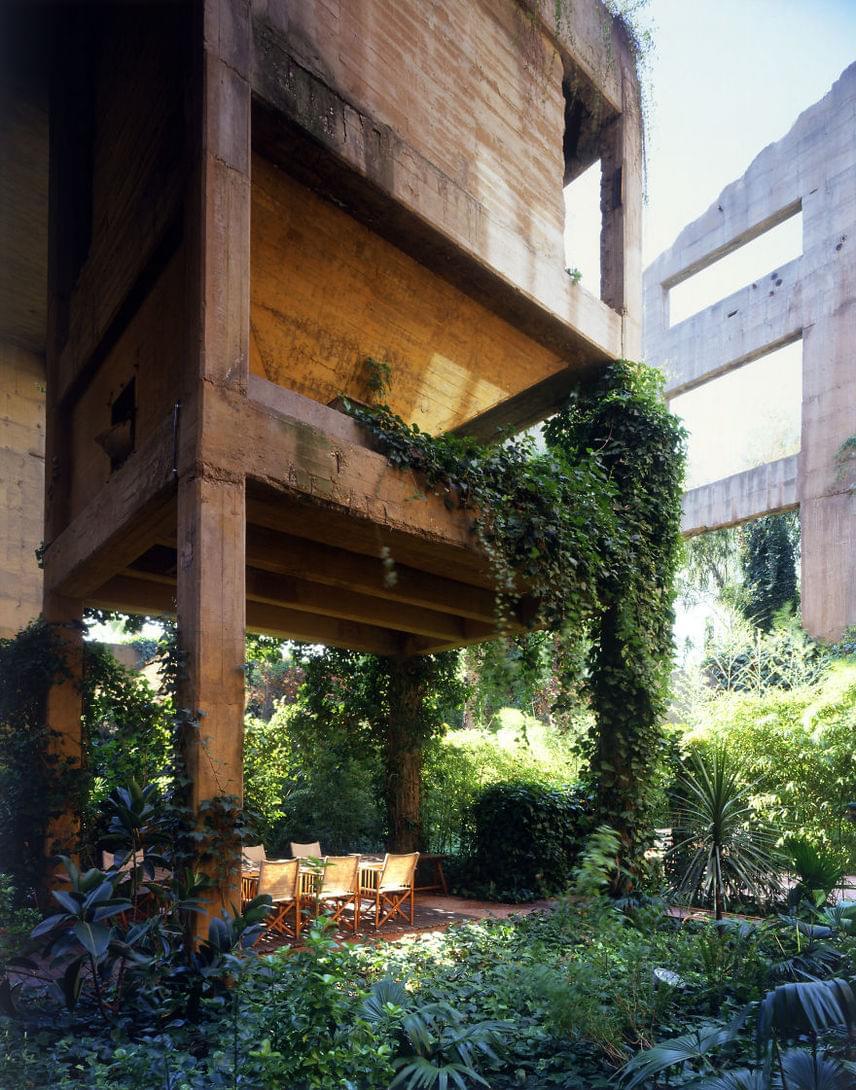 A gyárépület külső területét nagy gonddal parkosították. Az egykori betondzsungel ma már növényekkel tarkított oázisként él tovább.