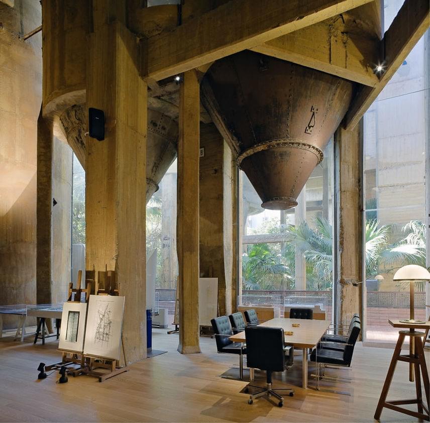 Épp ebben ragadható meg az épület műalkotás volta: az építész szerint a gyárépületből kialakított ház azt testesíti meg, hogy a jövőről alkotott képek folyamatosan változnak.