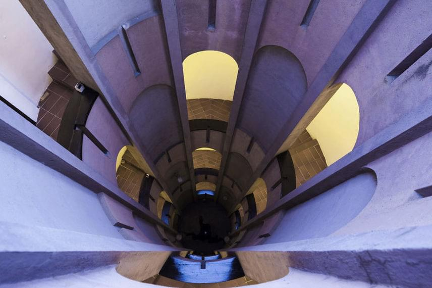 Szédítő mélység: már-már elvarázsolt kastélyban érezheti magát, aki ide vendégként betér. Az otthon melege folyamatos ellenpontozást kap a gyárépület jellegzetes részei, a hatalmas tartályok, kémények, magasságok és mélységek felől.