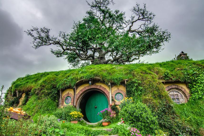 A filmek főszereplői, Zsákos Bilbó és Frodó ebben a zöld ajtós üregben, a Zsáklakban éltek a történet szerint. A rendező itt különösen figyelt a részletekre, így például egy több mint 20 tonnás fát telepíttetett át a domb tetejére. A fa leveleit azonban később műlevelekkel kellett pótolni.