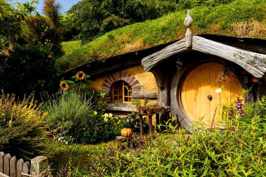 A hobbitlakások, melyekből 44 darab található Hobbitonban, földbe vájt üregek, kerek ajtóval és barátságos, vidéki díszítéssel. Mivel a hobbitok a történetek szerint szinte gyermekien kedves, jó étvágyú, mezőgazdasággal foglalkozó lények, a film rendezője, Peter Jackson otthonukat is vidám színekkel, természetes alapanyagokkal és meleg hangulattal képzelte el.
