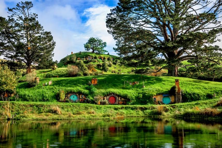 Az üreglakásokat A Gyűrűk Ura írója, J. R. R. Tolkien leírása szerint készítették el. Az apró, földbe vájt otthonokban azonban a történet szerint nem emberek, hanem apró termetű, hegyes fülű, emberszerű lények, azaz hobbitok éltek.