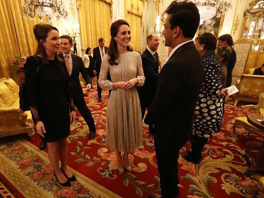 A hercegné láthatóan nagyon jól érezte magát az impozáns társaságban - szokásától eltérően ezúttal volt bátorsága elvegyülni a tömegben.