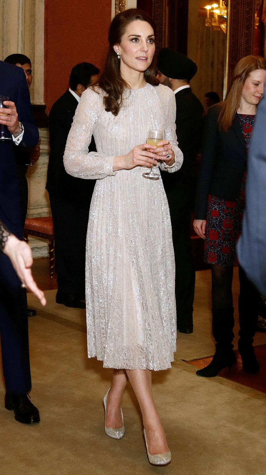 Mintha egy tündért vagy mesebeli hercegnőt látnánk - Katalin csillogó ruhájában szinte beragyogta az egész báltermet.