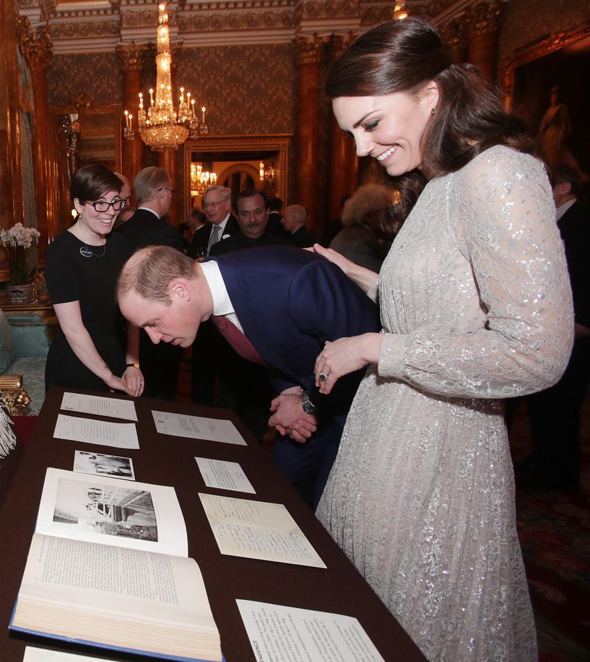 A kiállított emlékeket a két ország kapcsolatáról is együtt nézték. Még egy kis terítőt is megmutattak, amit maga Ghandi küldött Erzsébet királynőnek esküvői ajándék gyanánt.
