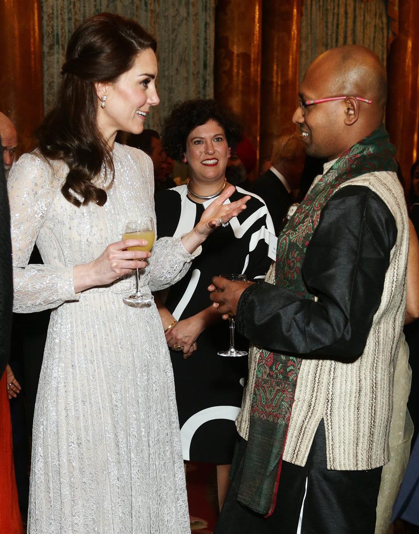 Együtt iszogatott a vendégekkel Katalin, akik láthatóan nem tudtak betelni vele: mindenki akart egy szót váltani Vilmos herceg feleségével.