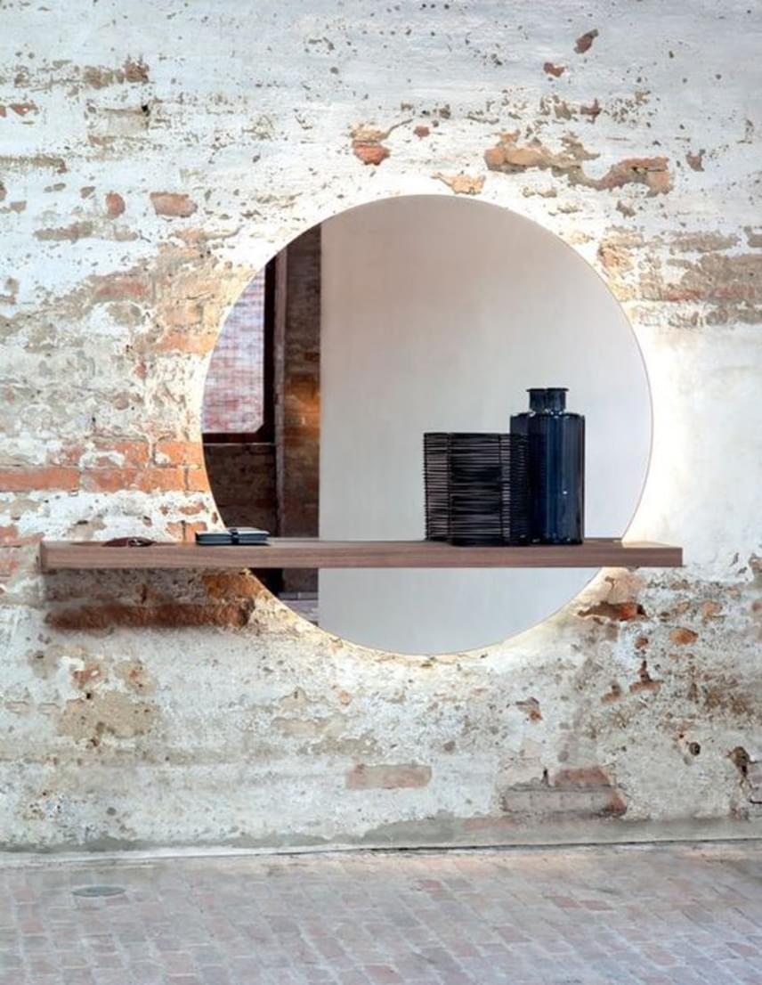 A világítással ellátott tükör fantasztikus látványt nyújt. Az archaikus kőfalba épített lap hátulról van megvilágítva. Nemcsak növeli a teret, hanem egyedi hangulatúvá is varázsolja.