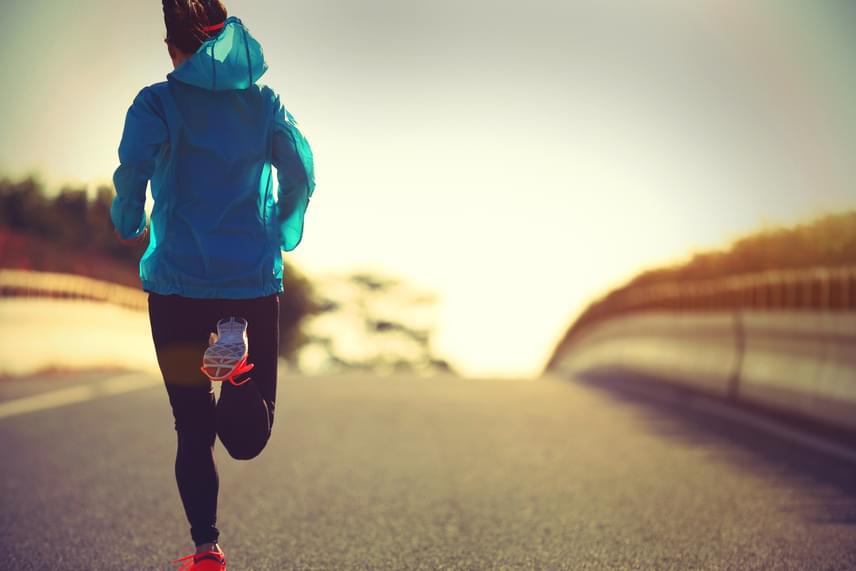 Kezdd az edzést tíz perc kardióval bemelegítésként! A legjobb, ha két perc könnyű gyaloglással indítasz, majd nyolc percen keresztül tempósan kocogsz, amíg a légzésed felgyorsul, ám még mindig tudsz beszélni rövid mondatokban. Ezt kövesse két perc gyorsabb tempójú séta, melyet követően belevághatsz a gyakorlatokba.