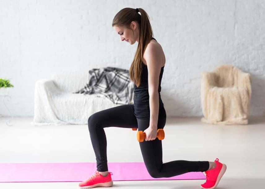 Ismét állj egyenesen, súlyzókkal a kezedben, majd az egyik lábaddal előrelépve ereszkedj kitörésbe. A hátsó hajlított lábad térde legyen nagyjából két-három centiméterre a talajtól, de ne érjen le. Rugózz kettő-három aprót a kitörés megtartásával, majd állj fel, és válts lábat. Egy sorozatban ismételd lábanként 30-30 alkalommal a gyakorlatot. Kezdésként végezz egy, majd a második héttől kettő, majd mindig eggyel több sorozatot. Minden sorozat után pihenj körülbelül 60 másodpercet.
