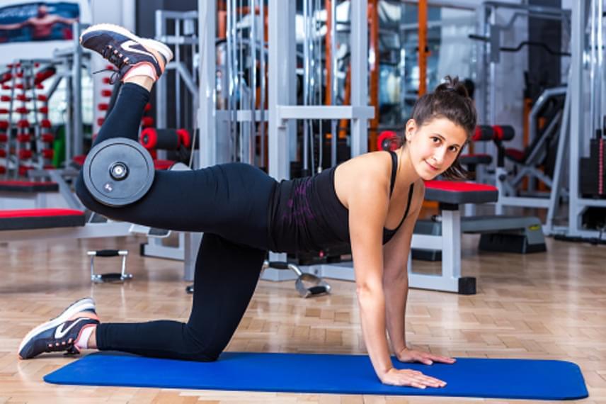 Állj négykézlábra behajlított térdekkel úgy, hogy a karjaid nagyjából vállszélességű támaszban legyenek. Tegyél a térdhajlatodba egy súlyzót, majd hajlítsd rá kissé a lábadat, hogy meg tudd tartani. A súlyzós lábadat emeld fel a képen látható módon, majd engedd vissza. Egy sorozathoz végezz 15 ismétlést, majd tedd át a súlyzót a másik lábadhoz, és végezz újabb 15 ismétlést. Mivel a lábad erősebb, mint a karjaid, érdemes három-öt kilós súlyzóval és két sorozattal kezdeni, majd hetente növeld vagy a súlyt egy kilóval vagy kettővel a sorozatszámot. Ha mindkét lábra végeztél két sorozatot, tarts egy perc pihenőt.