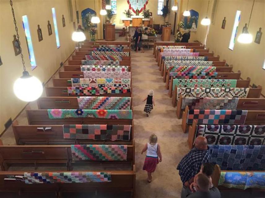 Az unokák úgy döntöttek, hálájukat egy szép gesztussal fejezik ki, és Margaret temetési szertartására a takarókat a templom padjaira terítették - szinte mindenhová jutott egy.