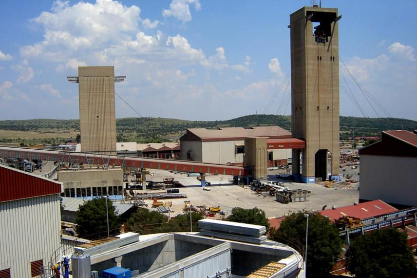 A dél-afrikai Mponeng a világ legmélyebb aranybányája, mely ma is működik, ám ennek ellenére számos nyugtalanító dolgot lehet róla hallani. A bánya ugyanis olyan hatalmas, hogy gyakorlatilag egy törvényen kívüli, sötét, föld alatti város jött létre benne, ahol gyakran fegyveres bűnözők bújnak meg, sőt, prostituáltak is élnek a bányászok között.