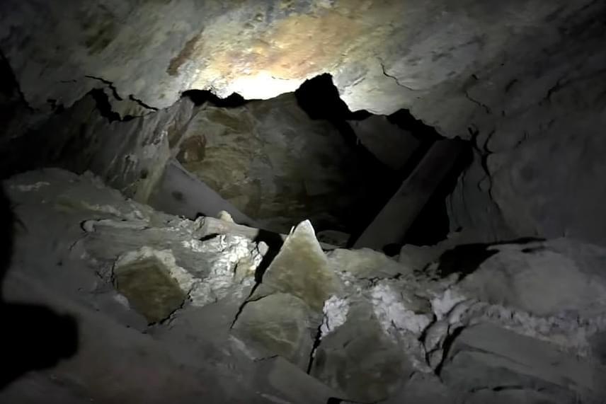 A Nyugat-Ausztráliában fekvő Waldeck-bánya egykor gazdag aranylelő hely volt, ma már azonban elhagyatottan áll. A bánya komoly közfigyelemre 2016-ban tett szert, amikor egy ilyen bányák felfedezésével hobbiból foglalkozó csapat videósa olyan felvételt rögzített a járatokban, melyen ijesztő kántálás hallható. A hangok forrását azóta sem sikerült megtalálni. Az eredeti felvételt megnézheted itt.