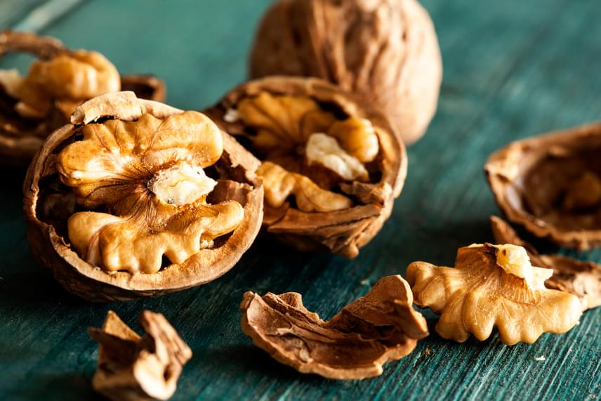 A dió nagy mennyiségben tartalmaz egy, a máj enzim-előállítása számára fontos aminosavat, az arginint, sőt, omega-3-ban is bővelkedik. Érdemes az egyik nassolás alkalmával három-négy fél dióbelet fogyasztani a májad támogatására, míg ha ilyenkor különös alapossággal rágod meg a gyümölcsöt, azzal megkönnyíted annak emésztését.