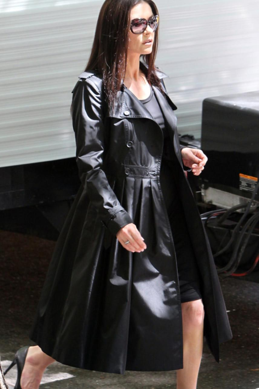 Catherine Zeta-Jones már fiatalabb korában is szívesen hordott bőrt: ebben a hosszú kabátkában is fantasztikusan festett.