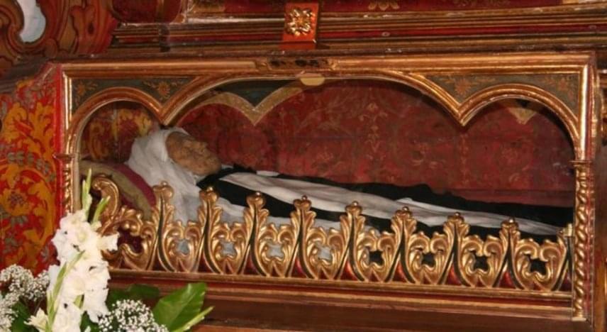 María de León Bello y Delgado spanyol szerzetesnő szintén az 1600-as években született Tenerife szigetén egy szegény családban. A karmelita rendhez akart csatlakozni, végül mégis egy Domonkos-rendi kolostorba lépett be, ahol magára vállalta a testi szenvedést is: böjtölt, ostorozta magát, megjelentek rajta a stigmák, egyes feljegyzések szerint arra is képes volt, hogy két helyen legyen egyszerre. Jézus Mária nővérként és La Siervita - a kis szolga - néven is ismert ma. 1731-ben halt meg, szentté avatása folyamatban van.