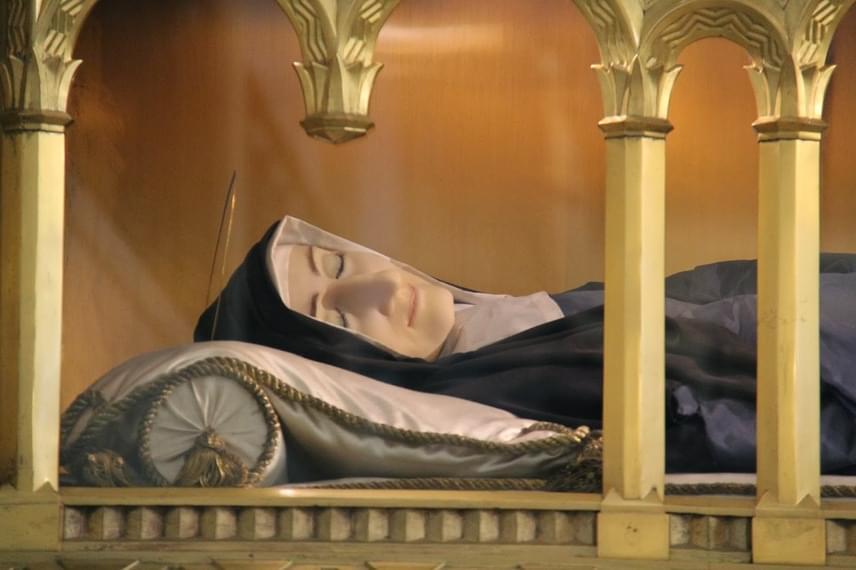 Marillac Szent Lujza élete megpróbáltatásokkal telt: családja nyomására ment férjhez, gyermeke koraszülött és sérült lett, speciális gondozást igényelt, később férje is megbetegedett. Hite megingott, úgy érezte, Isten bünteti őt. Egy látomásból tudta meg, hogy ki kell tartania férje mellett, később pedig apáca lehet. Férje halála után megalapította a Szeretet Leányai Társulatot, hogy a rászorulóknak segítsenek. Szent Lujza 1660-ig élt, a rendi szabályok miatt viszont csak később, 1934-ben avatták szentté. A szociális gondozást végzők védőszentjeként tisztelik.