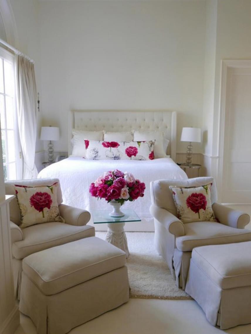 Vendégszobájukat ez a rózsacsokor inspirálta, amit a színésznő meglátott egy virágbolt ablakában. Igazán romantikus a fehér és a rózsamintás kiegészítők összhangja.