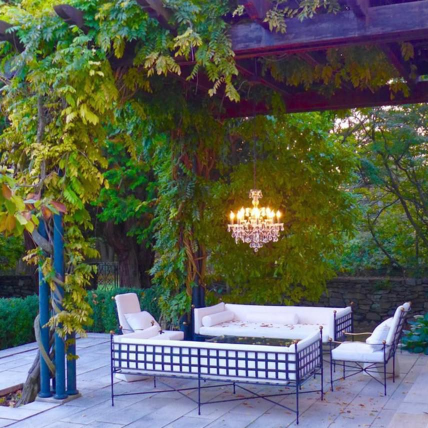 Így néz ki a páros gyönyörű terasza a lenyugvó nap fényében. Nyáron szívesen napoznánk vagy reggeliznénk itt, az biztos.