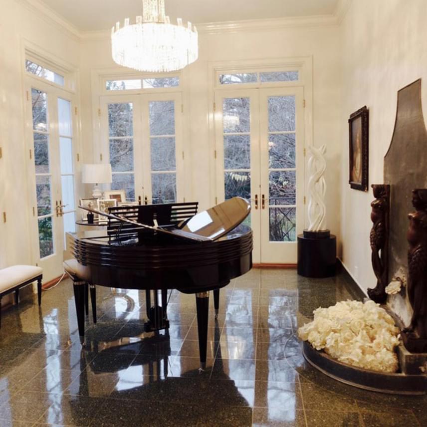Egy kép a nappalijukból, aminek középpontjában egy pillangószárnyra emlékeztető zongora áll, amit szintén a színésznő álmodott meg.