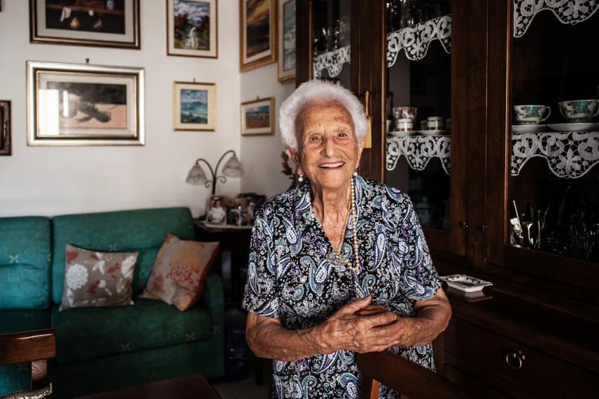 A képen Luigina Vigiconte látható, aki nyolc gyermek édesanyja. Ő a titkot az optimizmusban látja, úgy gondolja, mindig életvidámnak kell lenni, kedvesnek másokhoz, és nem szabad keserűvé válni.