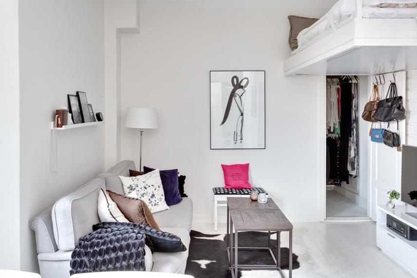 A keret fehér színe, mely egybeolvad a falak, egyúttal a lakás domináns, világos árnyalataival, hozzájárul, hogy az ágy ne nyomja össze a teret.
