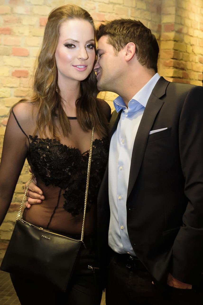 A műsorvezető a fotósok előtt sem leplezte, mennyire bolondul új párjáért.