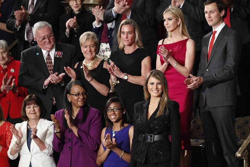 Ivanka Trump és férje körében helyezkedett el a first lady az eseményen. Trump lánya is kirúgott a hámból: ő egy 3000 dolláros - közel egymillió forintos - Roland Mouret Rawlings ruhát húzott.