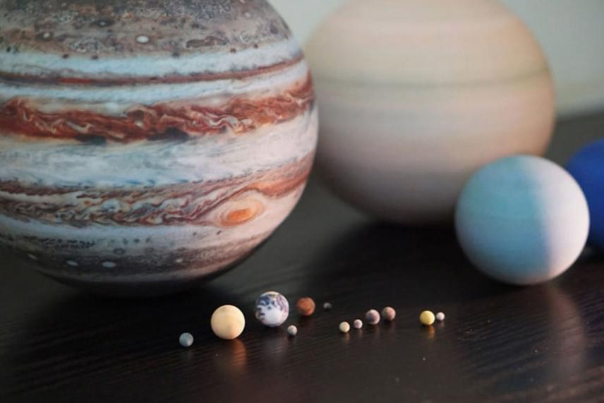 Ezek az aprócska és egészen nagy golyók és gömbök a bolygók és naprendszerek tökéletes másai.