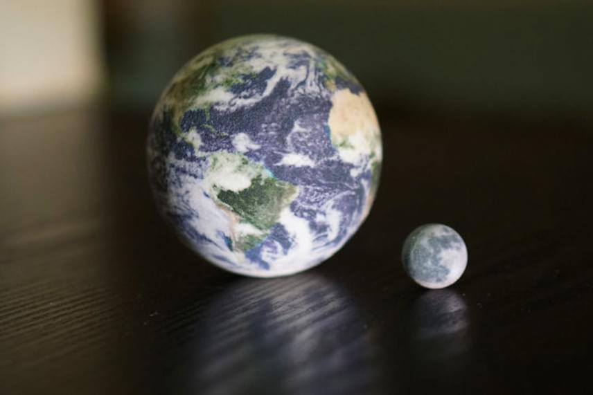 Furcsa látni a Földet és a Holdat egy asztal lapján.