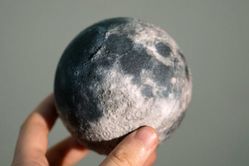 Különösen ügyelnek a részletekre, a Hold felszíne is egészen élethűre sikeredett.