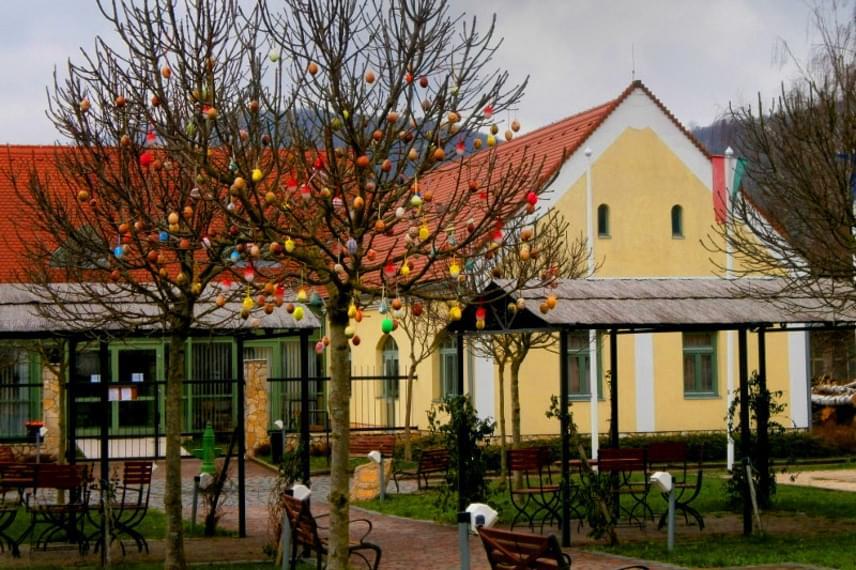 Tavaly a falu fáit rengeteg színes, felakasztható tojással díszítették, ami egyébként sok községben szokás a Bakonyban. Idén is biztosan lesz alkalmad néhány tojásfát látni, ha húsvét táján Bakonybélben jársz.