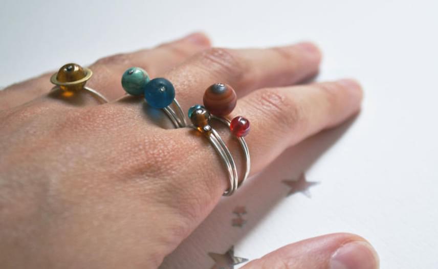 A gyűrűket külön és együtt is lehet hordani. Bár egy ujjra húzva kényelmetlenek lehetnek, nagyon jól néz ki, ha különböző ujjakon, de egy kézre húzva viseli valaki az összeset.