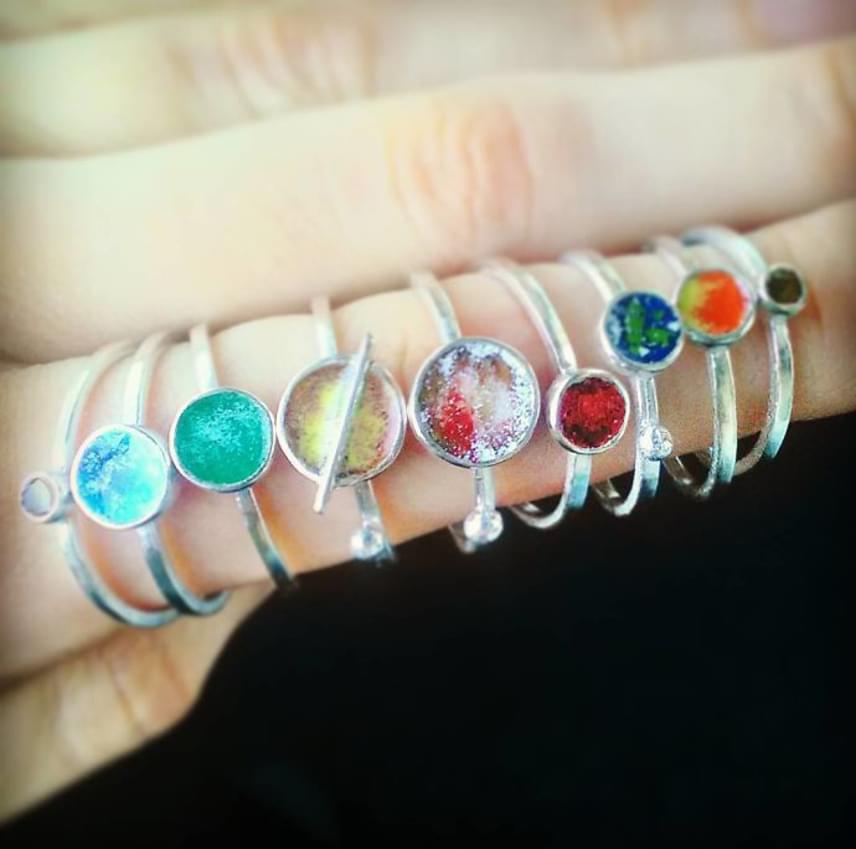 A naprendszergyűrűknek létezik egyszerűbb, de nem kevésbé látványos verziójuk is. A gyűrűket az ékszertervező nevére keresve az Etsyn meg is lehet rendelni.