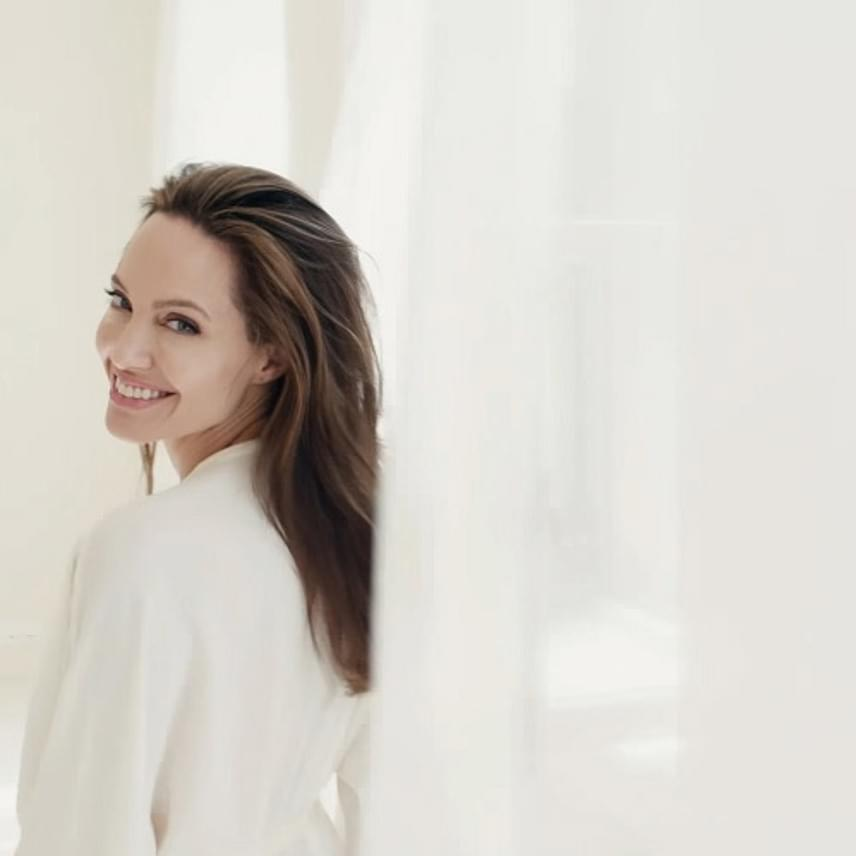 Angelina Jolie végre mosolyog! Ezer éve nem láttunk róla olyan fotót, amin ennyire sugározna róla a kiegyensúlyozottság.