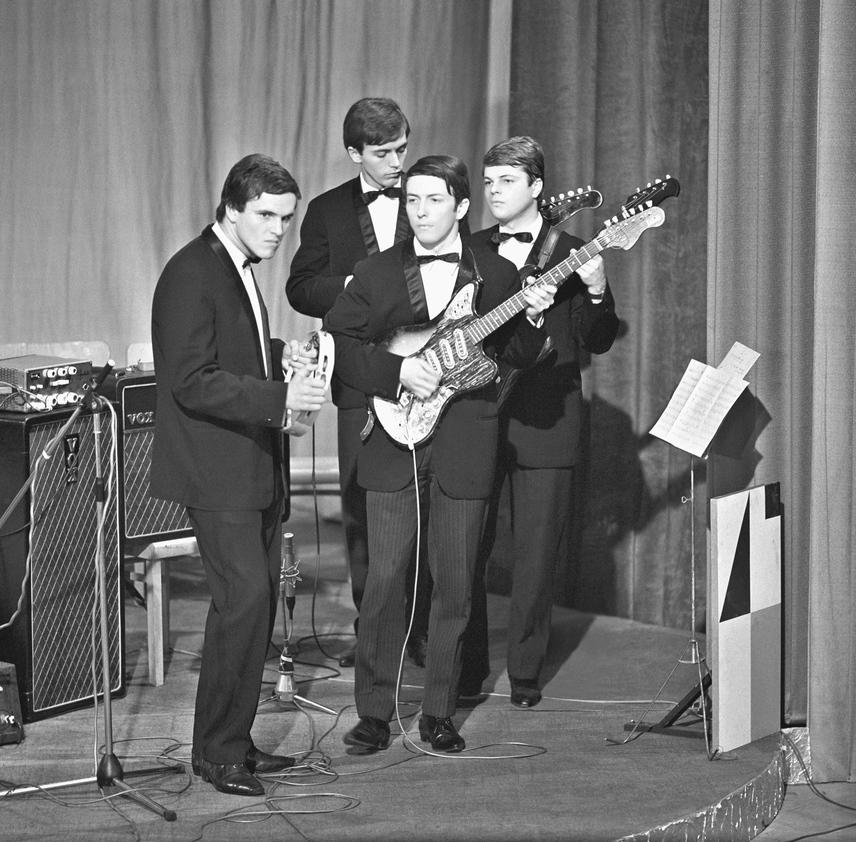 Frenreisz Károly, Sztevanovity Dusán, Sztevanovity Zorán és Schöck Ottó, a Metró együttes tagjai a televízió első Táncdalfesztiváljának harmadik elődöntőjén, a Madách Színházban 1966-ban.