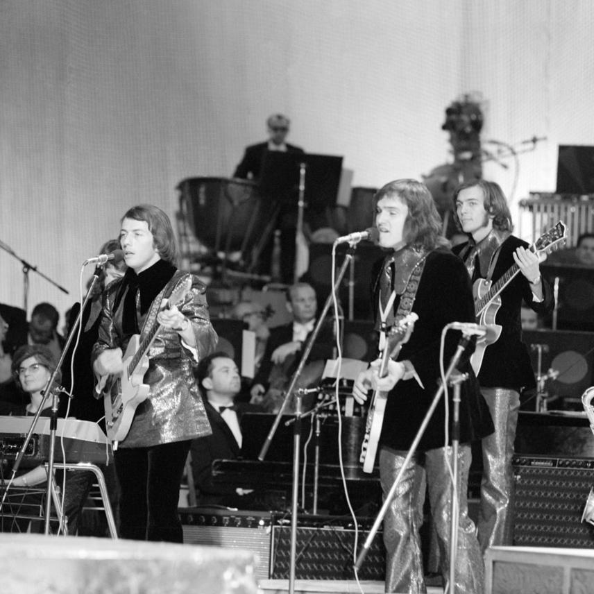 Sztevanovity Zorán, Frenreisz Károly és Sztevanovity Dusán, a Metró együttes tagjai a Táncdalfesztivál 1969-es döntőjének díjkiosztásán az Erkel Színházban.