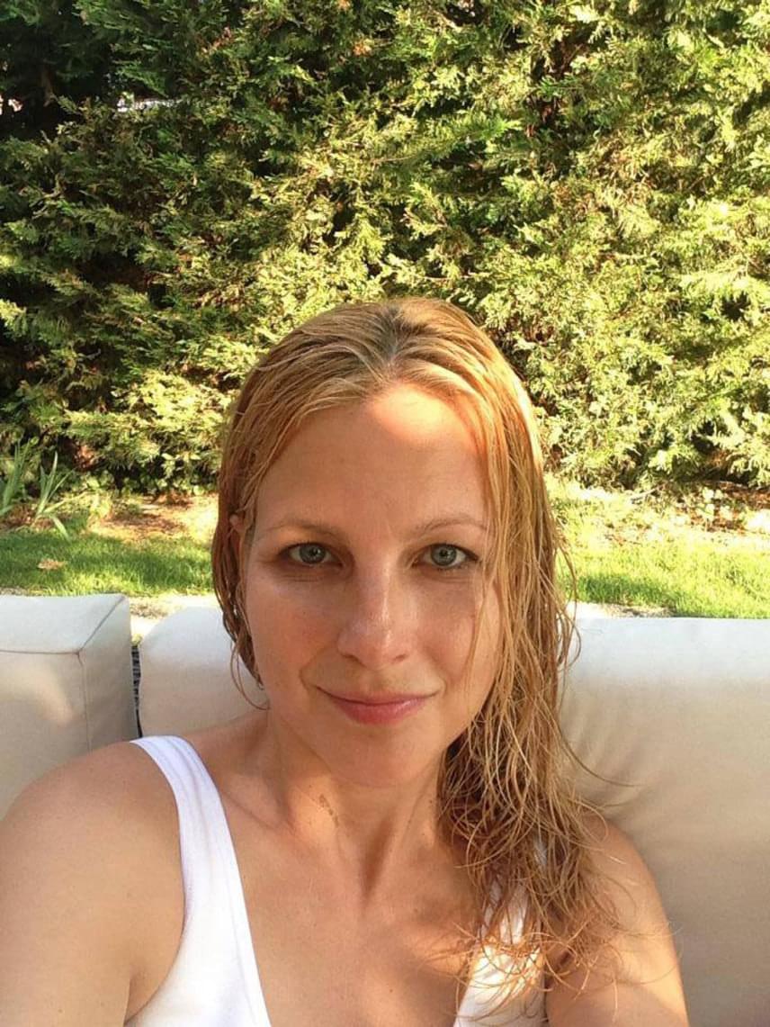 A TV2 műsorvezetője egy nyári fotón smink nélkül, vizes hajjal.