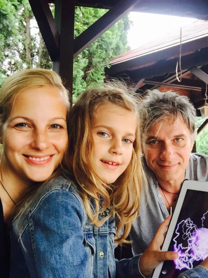 Ezen a családi fotón kevesen mondanék meg, hogy a smink nélküli műsorvezető a negyvenesek táborát erősíti.