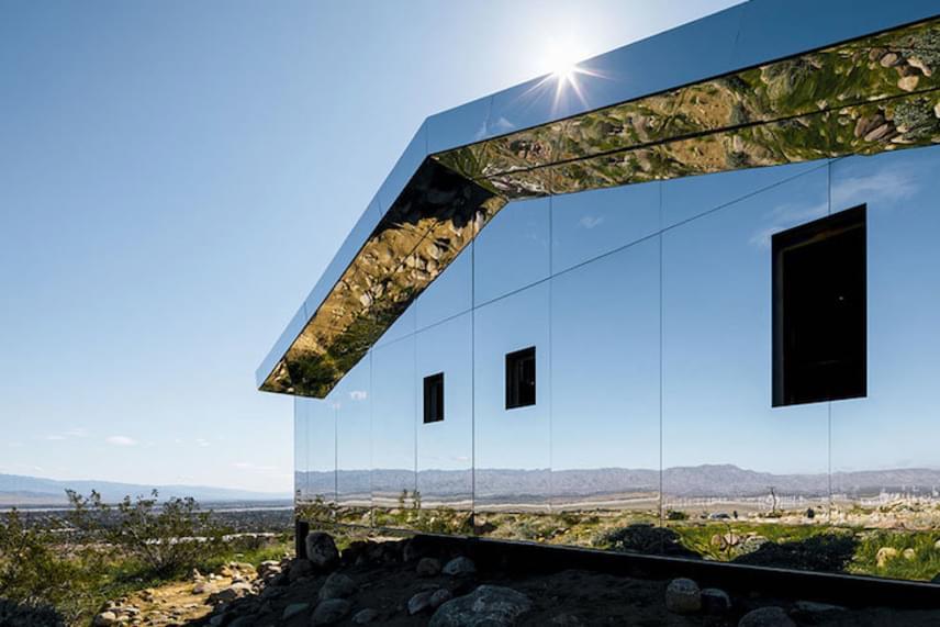 A művész leszedette a házról az ablakokat és ajtókat, amivel azt szerette volna hangsúlyozni, hogy ebben a projektben nincs olyan, hogy kint és bent, a ház nem kiemelkedik a tájból, hanem annak részeként beleolvad a környezetbe.
