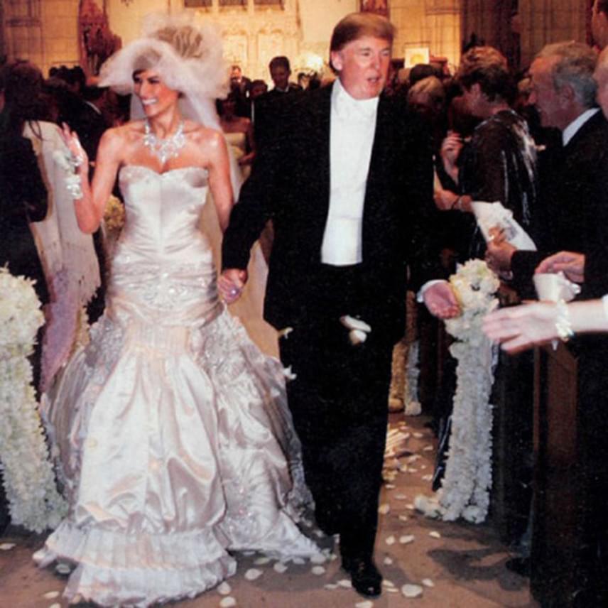 Melania Trump egy 100 ezer dolláros, azaz közel 30 millió forintos Christian Dior esküvői ruhában ment hozzá Donald Trumphoz, aki saját, John Galliano tervezte öltönyén még kevésbé spórolt: a szett 200 ezer dollárba, azaz 60 millió forintba került.