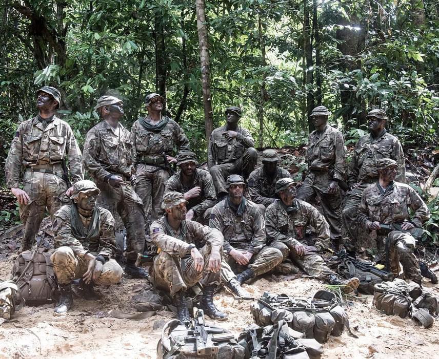 Ők bújtak el a brunei dzsungelben: így néznek ki, amikor nem rejtőzködnek. A következő képen megnézheted a megoldást.