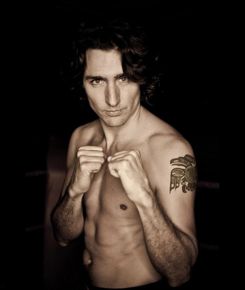 Egy jótékonysági bokszmeccs előtt pózolt egy szál alsóban Trudeau. Ahhoz képest, hogy nem sportember, nem semmi a felsőteste.