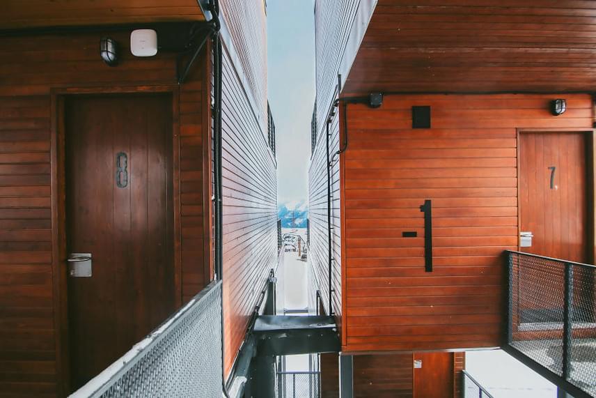 A lakóházzá alakított konténerek már nem számítanak ritkaságnak, hiszen olcsón, környezetkímélő módon, helytakarékosan biztosítanak otthont sokak számára. Az azonban még mindig rendkívüli, hogy szálloda épüljön ilyen elemekből.